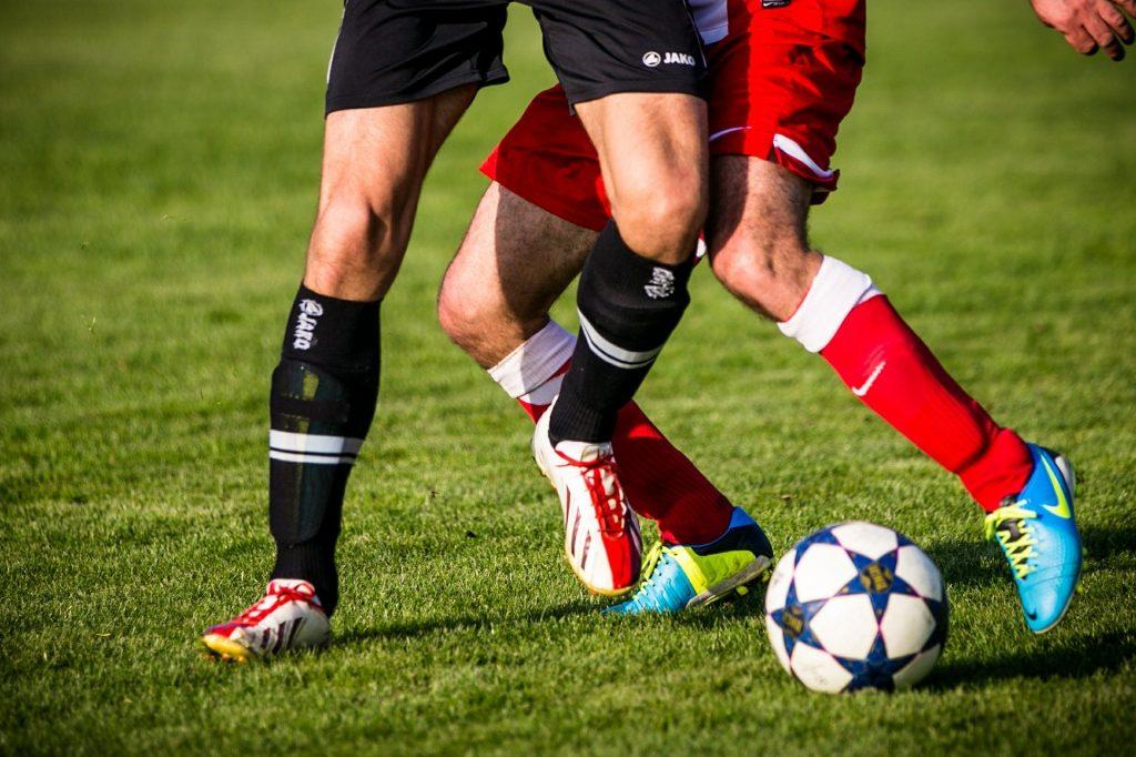 deux-personnes-jouant-au-foot